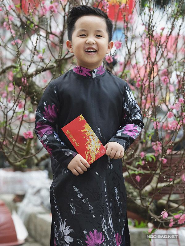 Trước nhu cầu chưng diện áo dài trong dịp Tết, trang phục truyền thông cho trẻ em cũng được đầu tư để mang tới nét cuốn hút mới.