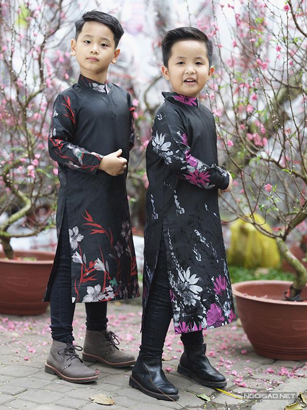 Các mẫu áo thiết kế trên chất liệu thoáng mát, phom dáng rộng được kết hợp cùng skinny jean, giày cột dây.