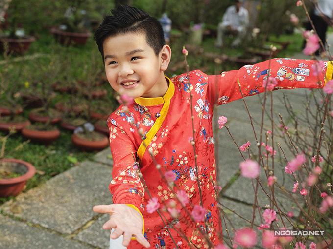 Vải gầm in hoạ tiết với nhiều tông màu tươi sáng cũng được lựa chọn để tạo nên các kiểu áo truyền thống tôn nét đáng yêu cho các hot boy nhí.