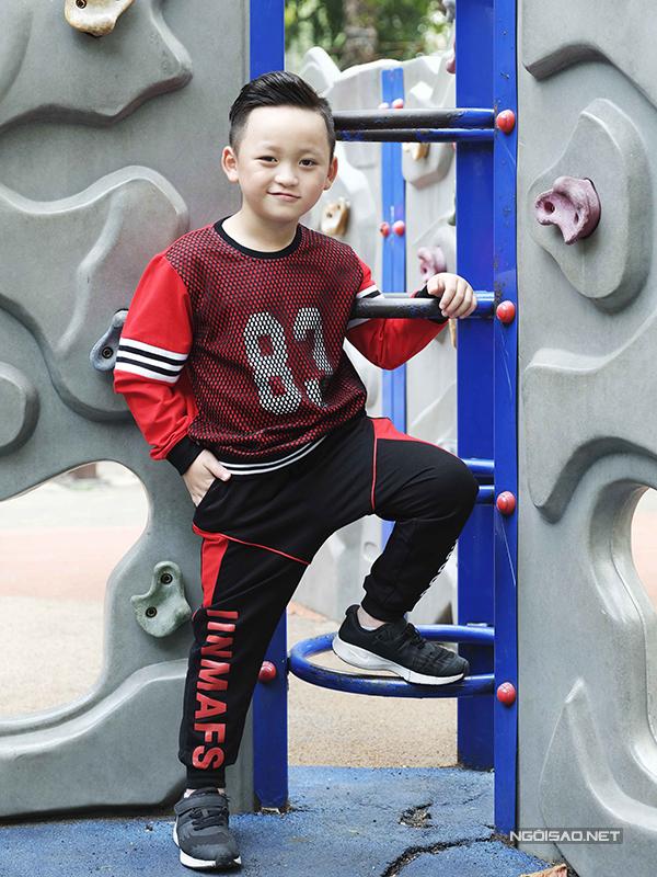 Những set đồ đậm phong cách thể thao luôn giúp các bé trai trở nên khoẻ khoắn và năng động hơn.