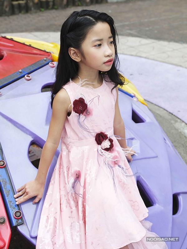 Váy ngắn tông hồng ngọt ngào với những điểm nhấn nhẹ nhàng ở cánh hoa 3D, lông vũ cho các cô béyêu phong cách công chúa, tiểu thư.