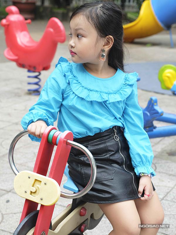 Kiểu váy ngắn theo đúng xu hướng và phù hợp với tiết trời Tết ở phương Nam thường đượcbậc phụ huynh chọn lựa cho các bé gái.