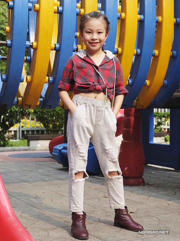 Bé gái cá tính hơn lại thích diện áo sơ mi ca rô kết hợp cùng jean rách và bốt cổ thấp để đi chơi xuân.