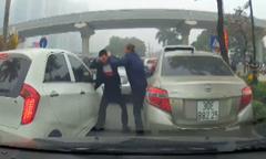 Hai tài xế ôtô ở Hà Nội đánh nhau vì kẹt xe
