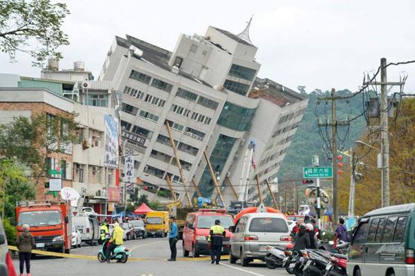 Tòa nhà Yun Men Tsui Ti nghiêng hẳn sang một bên. Ảnh: AFP