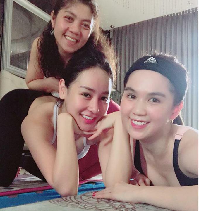 Ngọc Trinh vẫn duy trì thói quen tập yoga mỗi ngày cùng hai người bạn.