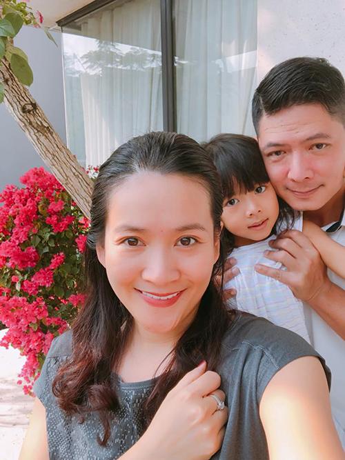 Nhân ngày nghỉ, vợ chồng Bình Minh và con gái cùng nhau dọn nhà đón Tết.