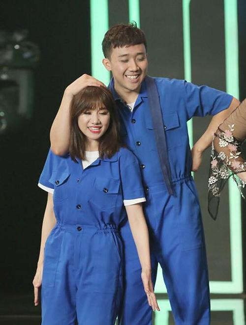 Hariwon bị Trấn Thành xoa đầu khi diễn chung.