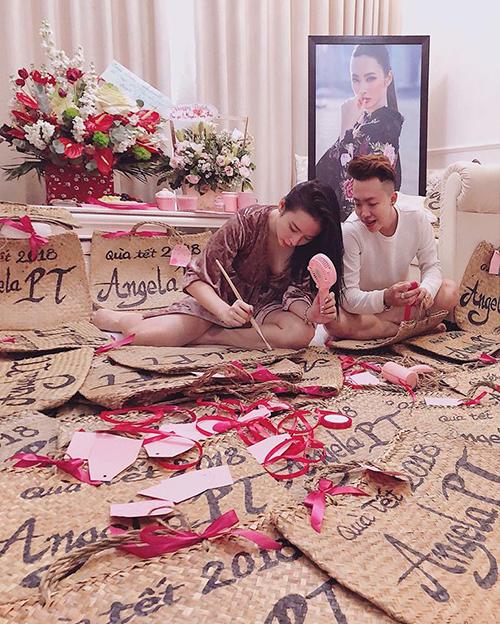 Angela Phương Trinh ngồi bệt xuống sàn, tự tay viết