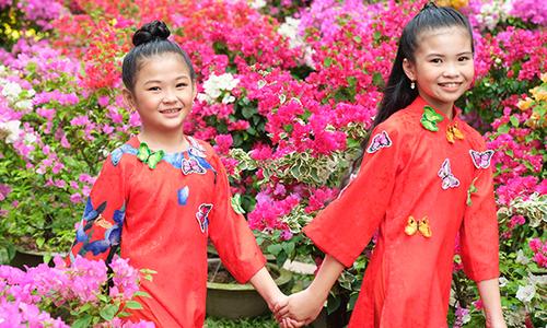 Mẫu nhí diện áo dài rạng rỡ trong vườn hoa xuân