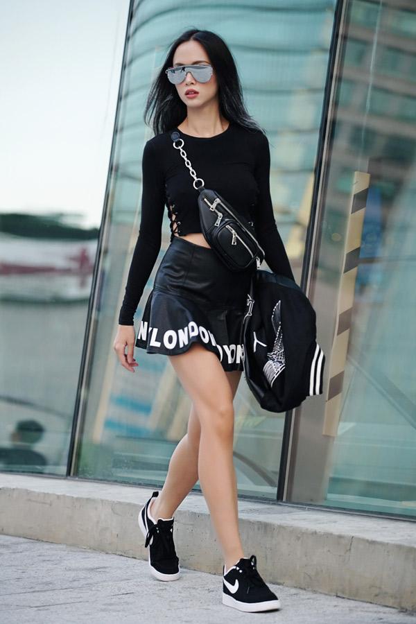 Vũ Ngọc Anh ấn tượng với trang phục, phụ kiện ton-sur-ton đen trên đường phố xứ kim chi.