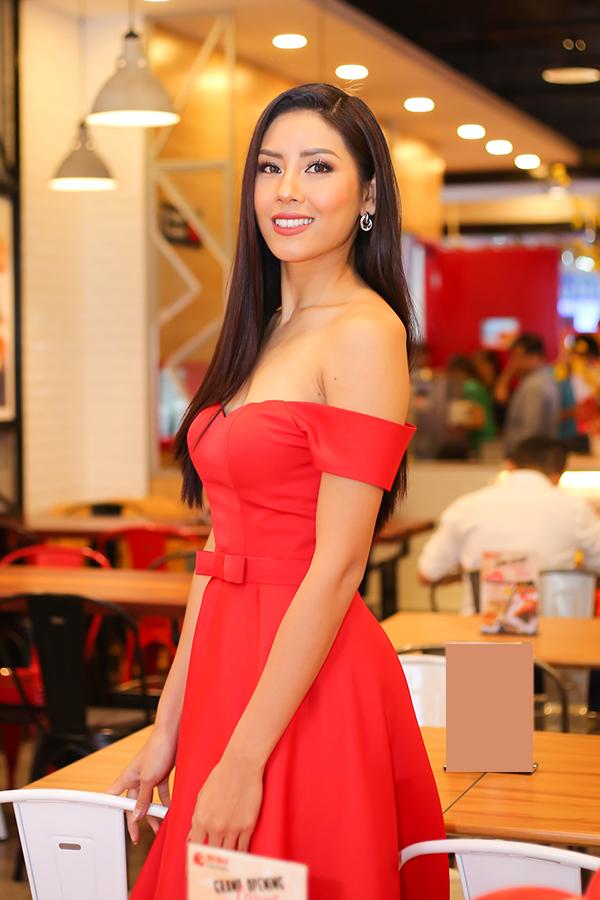 Nguyễn Thị Loan cũng chọn sắc đỏ hot trend của mùa lễ Tết cho mẫu váy khoe vai trần gợi cảm của mình.