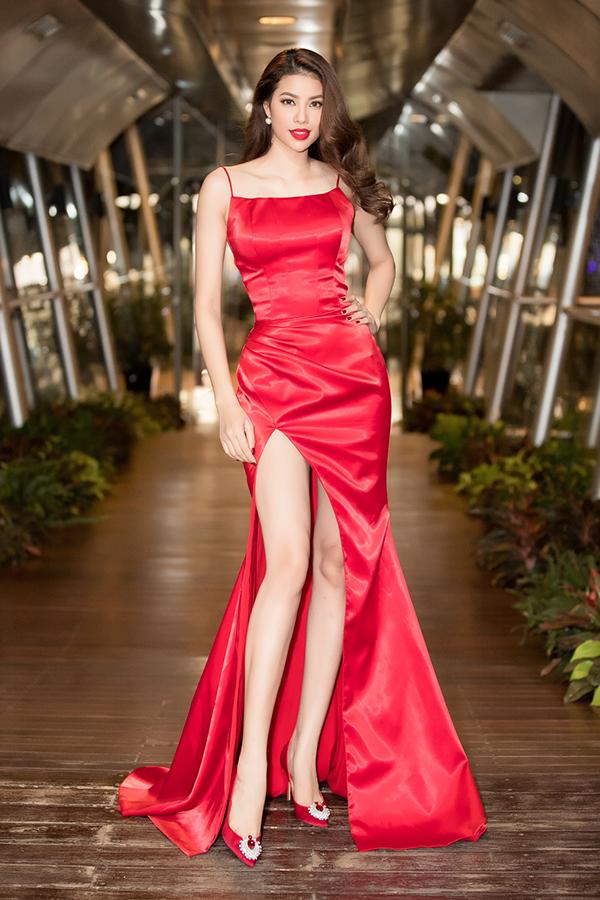 Sau một thời gian mê mẩn các kiểu vày tùng xoè công chúa, Phạm Hương quay trở lại với váy xẻ sexy. Thiết kế váy đỏ tươi đi cùng những đường cắt khoét táo bạo của Đỗ Long giúp hoa hậu nổi bật trong dạ tiệc xuân.