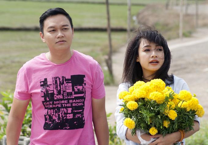 Quách Cung Phong đóng vai chàng trai tên Quốc Anhthích sống độc thân, không vướng bận nhưng bị cha mẹ ép phải đưa người yêu về ra mắt trong ngày Tết. Anh nghĩ ra cách thuê bạn gái qua một trung tâm dịch vụ. Lê Bê La hóa thân nhân vật Kim Sao -người ký hợp đồng tình yêu với Quốc Anh.