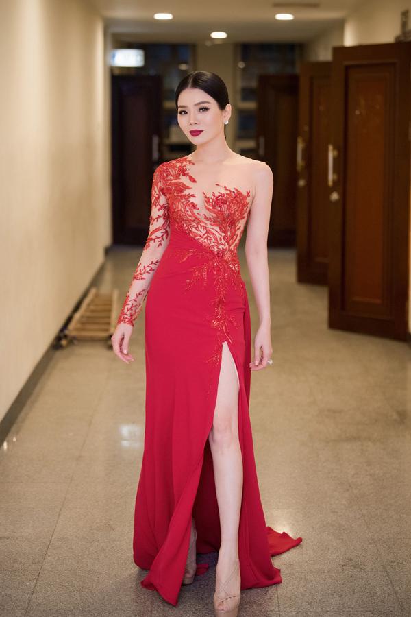 Lệ Quyên giúp mình gợi cảm không thua kém các mỹ nhân nổi tiếng của showbiz Việt nhờ thiết kế váy dạ hội phối ngực áo tinh tế của Hoàng Hải.