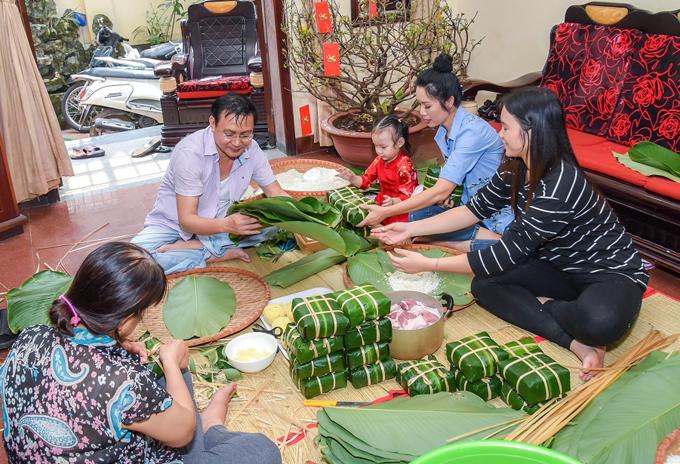 Mỗi năm vào những ngày giápTết, vợ chồng Trịnh Kim Chi và các con lại quây quần, chung taygói bánh chưng.