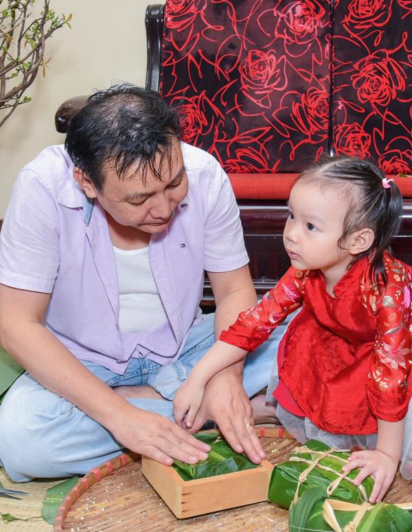 Con út của Á hậu đang ở tuổi mẫu giáo, rất háo hức khi được tham gia gói bánh cùng bố mẹ. Trịnh Kim Chi chia sẻ, dù bận rộn nhưng gia đình chị luôn đông đủ thành viên, tạo nên không khí đầmấmtrong những ngày Tết.