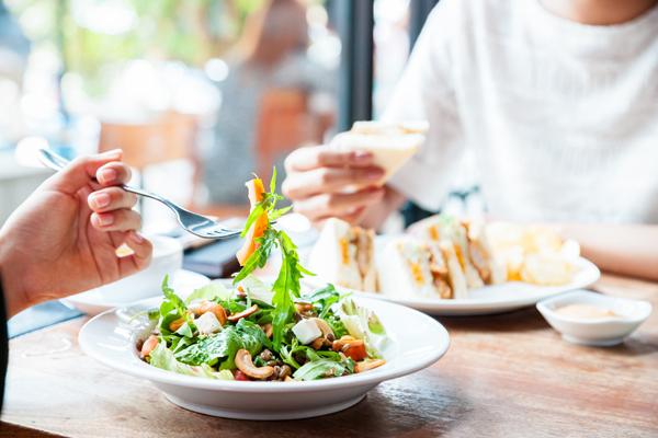 Pháp có một chế độ ăn kiêng phổ biến, nghe có vẻ hơi ngớ ngẩn nhưng nó đã chứng tỏ giúp mọi người giảm cân và lấy lại được dáng vẻ mảnh mai qua nhiều năm. Phương pháp này được gọi là Le Forking, tức là bạn chỉ có thể tiêu thụ thức ăn bằng nĩa mà không có muỗng, không có dao, không dùng tay. Kiểu ăn này giúp bạn tự bỏ một số thức ăn như bánh pizza, bánh mì, thịt bò nướng.., vì những thực phẩm này không thể ăn được bằng nĩa. Vì vậy, phương pháp này khiến mọi người dùng thực phẩm lành mạnh như salad và các loại thức ăn có kích thước nhỏ.