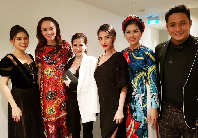Hot girl Mai Hồ (thứ tư từ trái qua) cũng có mặt trong chuyến đi này.