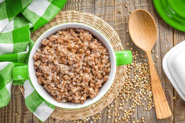 Theo người Nga, có một mẹo trong chế độ ăn uống giúp giảm cân và duy trì trọng lượng là thêm kiều mạch vào chế độ ăn kiêng. Kiều mạch là một loại ngũ cốc có nhiều lợi ích về sức khỏe, đặc biệt giúp giảm cân vì nó làm tăng tỷ lệ trao đổi chất của cơ thể.