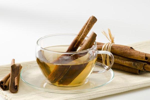 Mexico là một quốc gia nổi tiếng về văn hóa độc đáo và thực phẩm tuyệt vời. Người Mexico khuyên mọi người từ khắp nơi trên thế giới muốn giảm cân hãy tiêu thụ trà quế, không có sữa và đường trước ăn sáng 30 phút và trước khi đi ngủ 30 phút. Bạn cũng có thể thêm mật ong vào trà quế. Các chất chống oxy hóa trong trà này có thể giúp tăng cường sự trao đổi chất và giúp giảm cân.