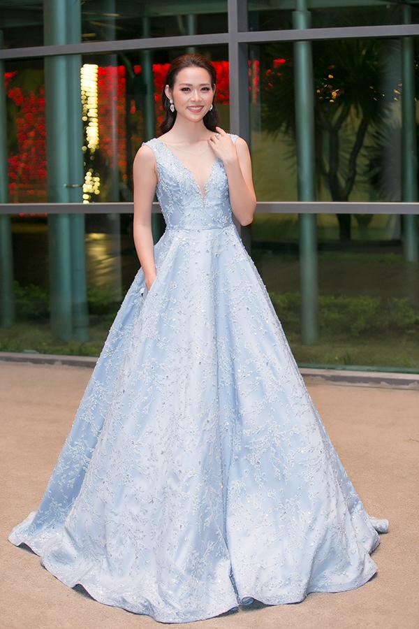 Diệp Bảo Ngọc cũng lộng lẫy không kém khi diện váy dạ hội thiết kế chân váy tùng xoè rộng lớn - mốt váy đẹp như trong cổ tích được sao Việt ưa chuộng trong thời gian qua.