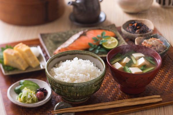 Ở Nhật Bản, hầu hết người muốn giảm cân thực hiện theo một mẹo ăn kiêng cổ xưa. Cách ăn kiêng này khuyến khích mọi người ngừng ăn trong các bữa ăn khi đã dùng được 70% bữa. Thói quen ngừng ăn này khiến mọi người ăn không quá no, làm giảm lượng thực phẩm tiêu thụ, giảm cân nhanh chóng.