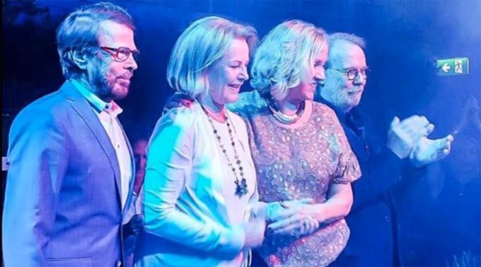 Anni-Frid Lyngstad (áo trắng) và các thành viên ABBA ở tuổi xế chiều.