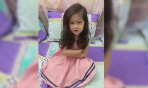 Bé gái 5 tuổi hứa sẽ ngoan để mẹ cho nghỉ Tết