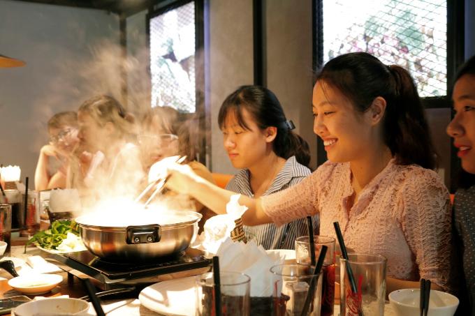 Các đầu bếp tại Khao Lao chế biến món ăn không cầu kỳ nhưng độc đáo, được nhiều thức khách ưa chuộng.