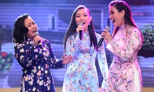 Mẹ và em gái Phương Vy lên sân khấu hát cùng cô