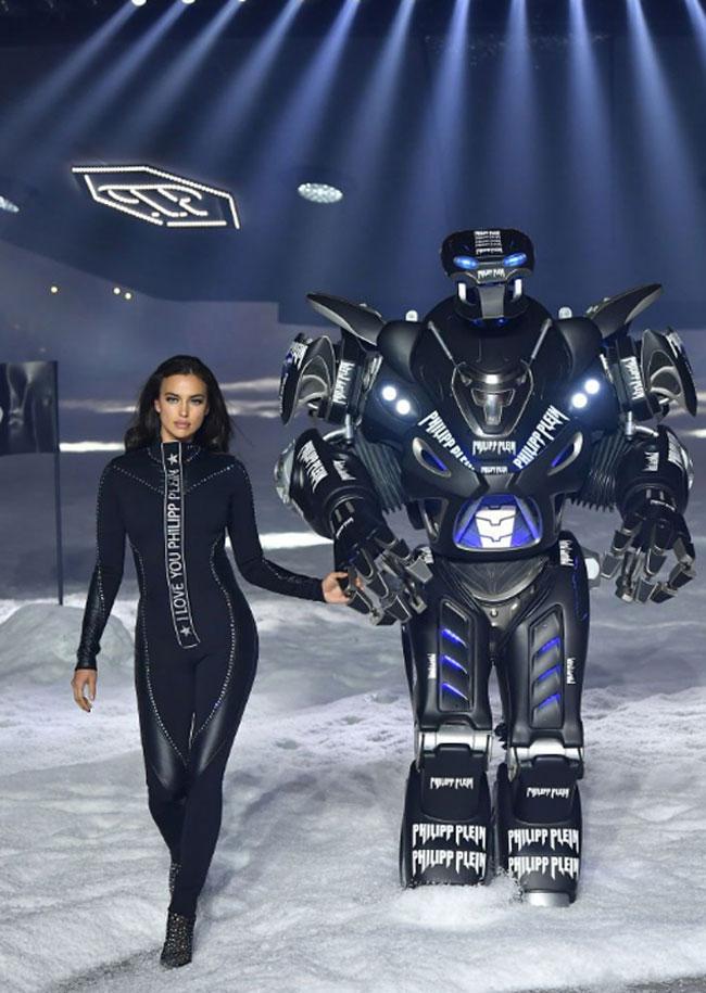 Người mẫu Irina Shayk sải bước bên robot có kích thước lớn.