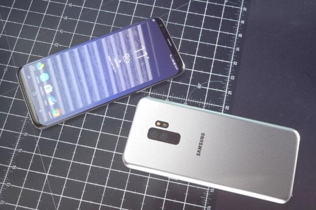 Máy trang bị phần cứng mạnh mẽ với Snapdragon 845 và RAM 6GB. Bộ đôi sản phẩm Samsung được cài đặt sẵn hệ điều hành Android 8.0.