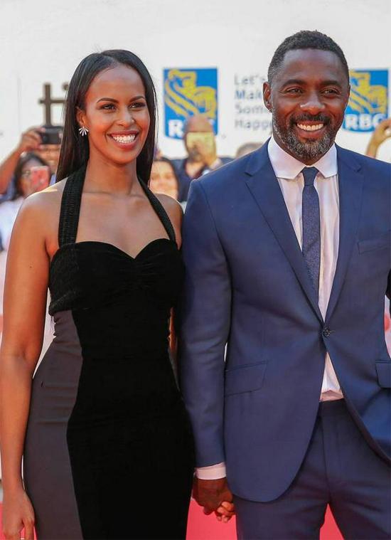 Tài tử Idris Elba bất ngờ cầu hôn cô bạn gái Sabrina Dhowre trong buổi công chiếu phim mới của anh tại rạp Rio ở London hôm 9/2. Sabrina hạnh phúc không thốt lên lời và ôm chầm Idris Elba giữa những tràng vỗ tay rần rần của các đồng nghiệp. Twitter của rạp Rio đăng tải video màn cầu hôn kèm theo dòng chia sẻ: Còn 5 ngày nữa mới tới ngày Valentine nhưng Idris Elba đã quỳ gối cầu hôn bạn gái của anh trên sân khấu sáng nay trước khi giới thiệu bộ phim Yardie. Cô ấy đã nói đồng ý và nhận được rất nhiều tràng vỗ tay chúc mừng.