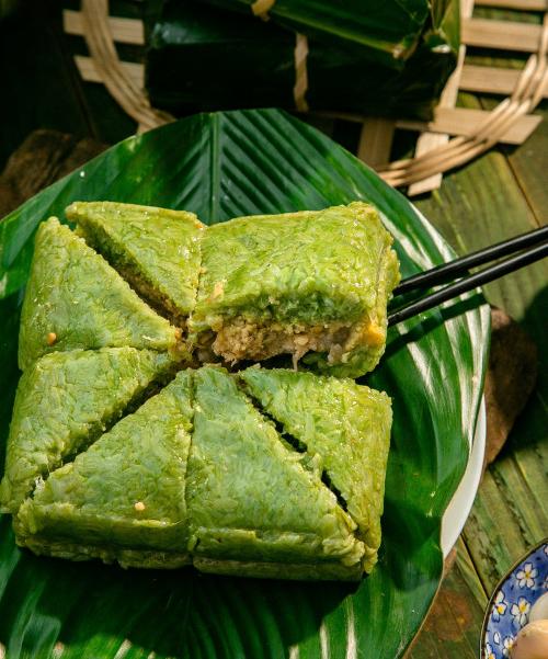 Bánh chưng - món ăn đặc trưng trong ngày Tết của người Việt. Ngoài ra bánh chưng xanh được coi là hiện thân của hành Mộc.