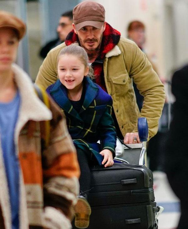Một ngày trước đó, Becks cùng ba con là Romeo, Cruz và Harper từ London bay sang New York. Ông bố điển trai hối hả đẩy xe hành lý tại sân bay JFK hôm 9/2.