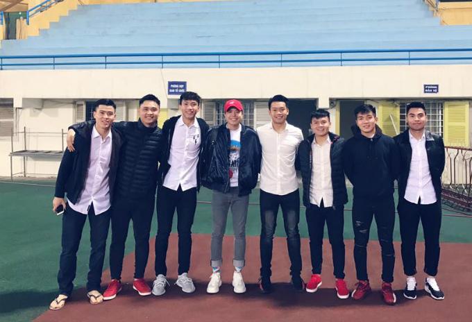 Trịnh Thăng Bình khoe đến cổ vũdàn cầu thủ U23 Việt Nam thuộc câu lạc bộ Hà Nội trên sân Hàng Đẫy.