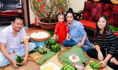 Trịnh Kim Chi cùng chồng con gói bánh chưng, chuẩn bị ăn Tết