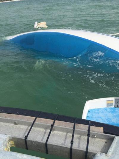 Chiếc thuyền bị lật ngoài khơi biểnMadeira, bang Florida. Ảnh: Tampa Bays Times