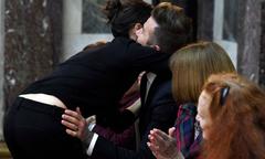 Becks vỗ hông Vic chúc mừng show thời trang thành công của vợ
