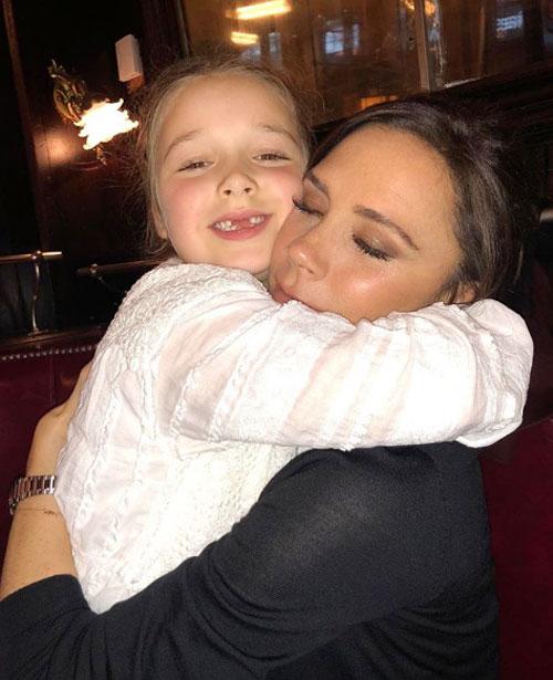 Trên trang cá nhân, Vic ưu ái công chúa út Harper khi đăng ảnh ôm cô nhóc sau khi show diễn kết thúc.
