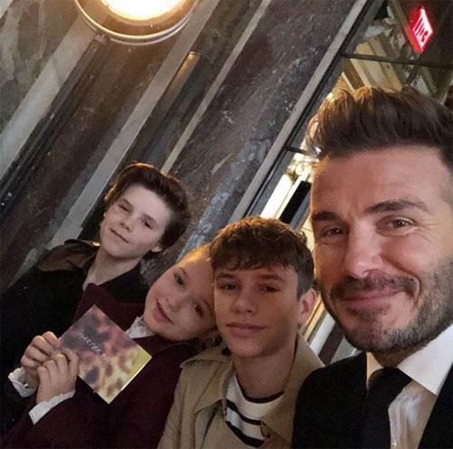 Becks selfie với các con trước show diễn của vợ và cho biết các nhóc đều tự hào với thành công của mẹ. Ông bố điển trai cũng bày tỏ sự tiếc nuối khi cậu cả Brooklyn không thể đến xem show diễn.