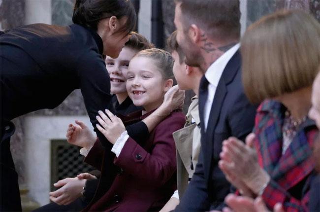 Cô nhóc Harper cười tít mắt khi mẹ ôm hôn.
