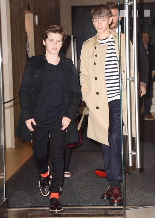 Becks và các con mặc đồ thời trang, sành điệukhi rời khách sạn tới show diễn của vợ.