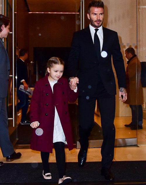 Tiền vệ một thời diện vest bảnh bao, dắt tay công chúa cưng Harper.