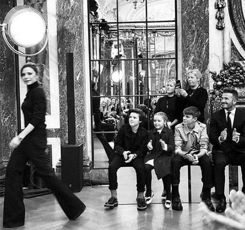 Khoảnh khắc chồng con vỗ tay dõi theo từng bước đi của vic khi show diễn kết thúc được nhà thiết kế thời trang chia sẻ trên trang cá nhân. Gần 10 năm nay, Becks và các con năm nào cũng góp mặt ở hàng ghế đầu trong các show diễn của Vic.