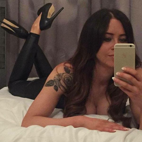 Carrie trạnh thủ selfie mọi lúc mọi nơi. Ảnh: Instagram