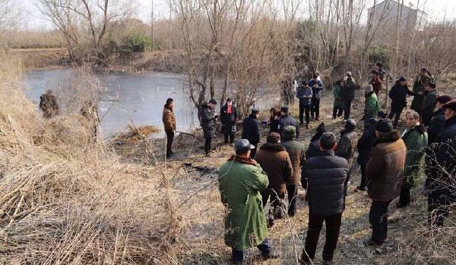 Chiếc hồ đóng băng, nơi ông Zhang liều mạng cứu hai cháu bé.
