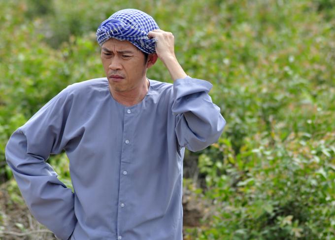 Hoài Linh quen thuộc với tạo hình ông già quê nhiều trăn trở về gia đình, con cái.