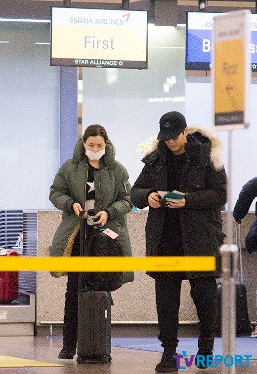 Hoa hậu Hàn Honey Lee và bạn trai Yoon Ke Sang xuất hiện tại sân bay quốc tế Incheon sáng 12/2, cặpđôi lênđường sang Sapporo, Nhật Bản du lịch nhân dịpđầu năm. Thời tiết tại Hàn Quốc những ngày này khá lạnh giá nên cặp sao mặc trang phục lớp trong, lớp ngoài vàđeo khẩu trang kín mít.